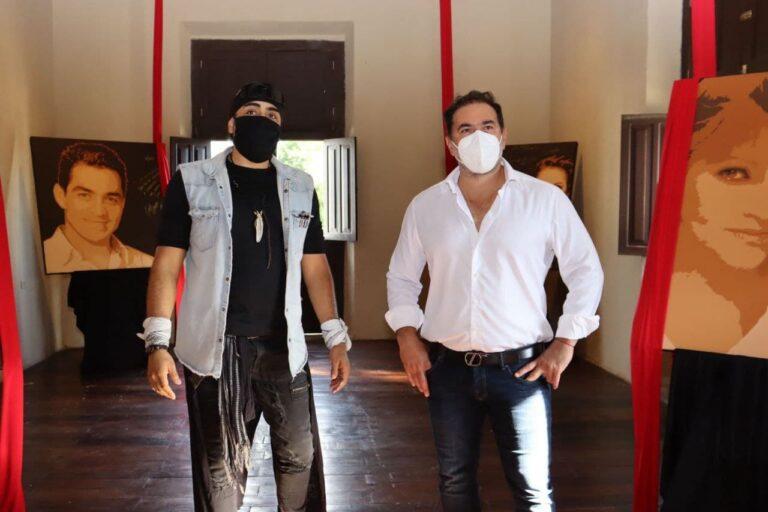 Julián Zacarías acompañado del Pintor Guidofarina, realizan recorrido en la Casa de la Cultura para apreciar las obras de este autor.